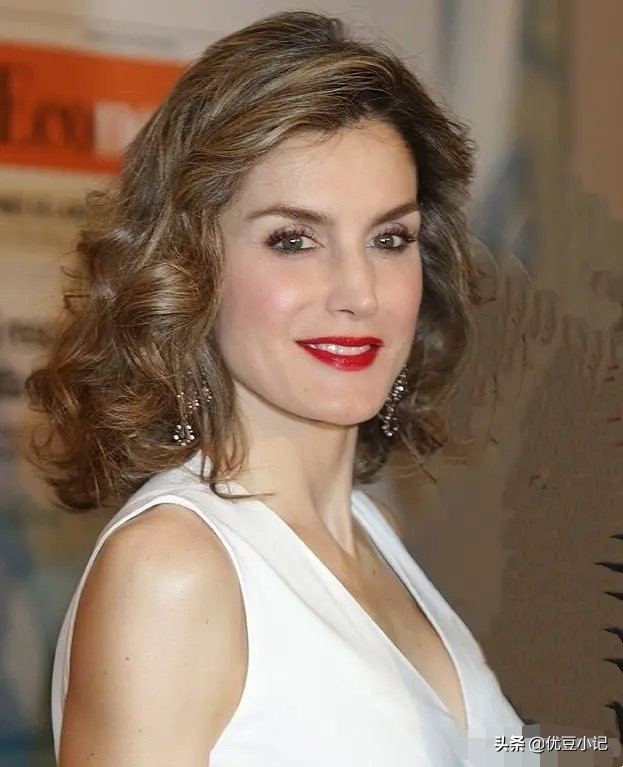 西班牙皇后绝美冬装大赏,教你怎么把大红色穿出高贵冷艳的气场
