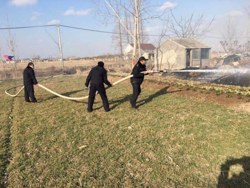 坐标江苏射阳新坍派出所,农家草堆着火,警民合力成功灭火