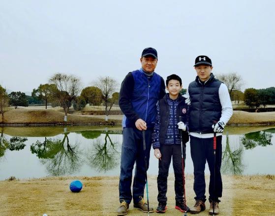 网友晒与杨威家合照,11岁杨阳洋暴风长高,腿和爸爸一样长太优越