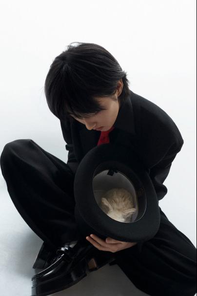 名门泽佳:张子枫兔子礼帽大片释出 简洁大方造型效果轻松随意