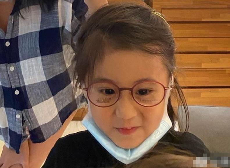 咘咘波妞近照被传开,妹妹圆脸超萌,咘咘戴眼镜生图却成亮点