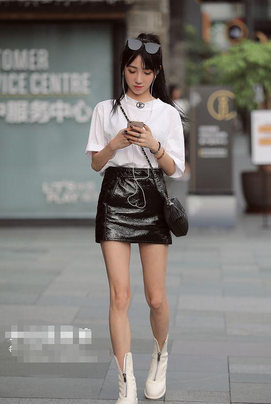 38℃的夏季,小姐姐身穿诱人的黑色皮裙,给你不一样的美