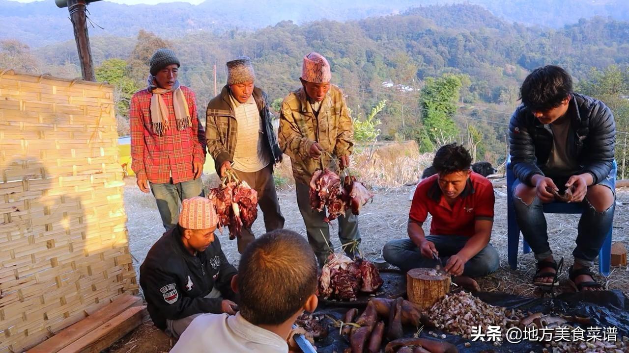 尼泊爾農村富人家辦酒席,每張桌子都有雪碧,還有專人收禮記賬