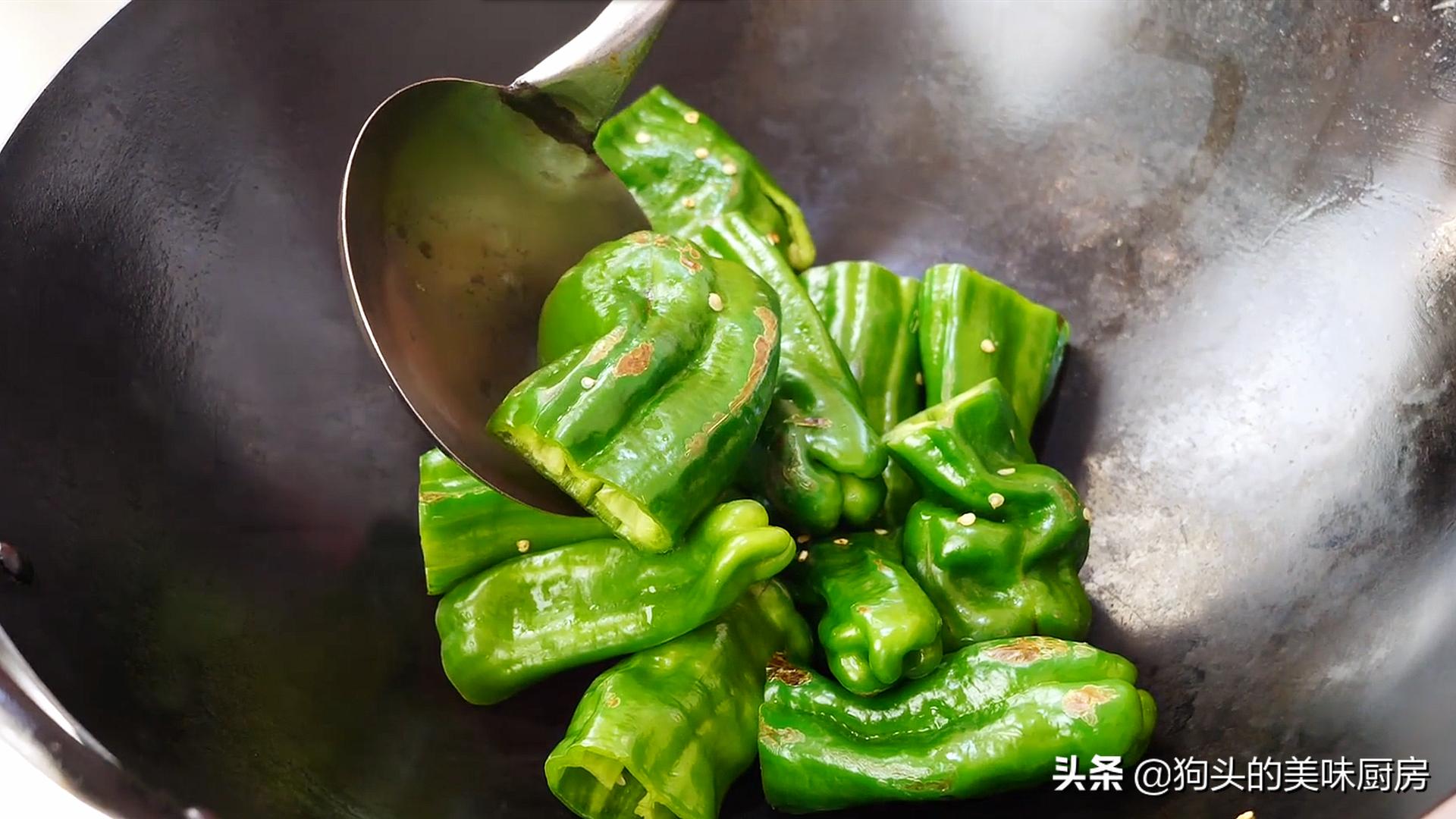 下饭神器虎皮青椒,学会这样做,好吃不油腻,一盘不够吃,真过瘾 美食做法 第7张