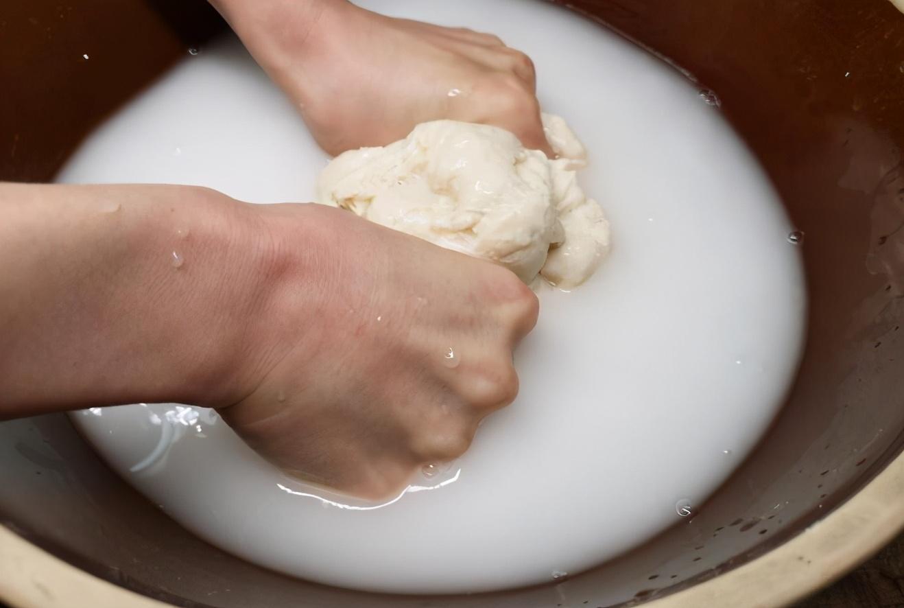 凉皮这么做,柔软有劲道,分享正宗凉皮做法,自己做实惠又卫生