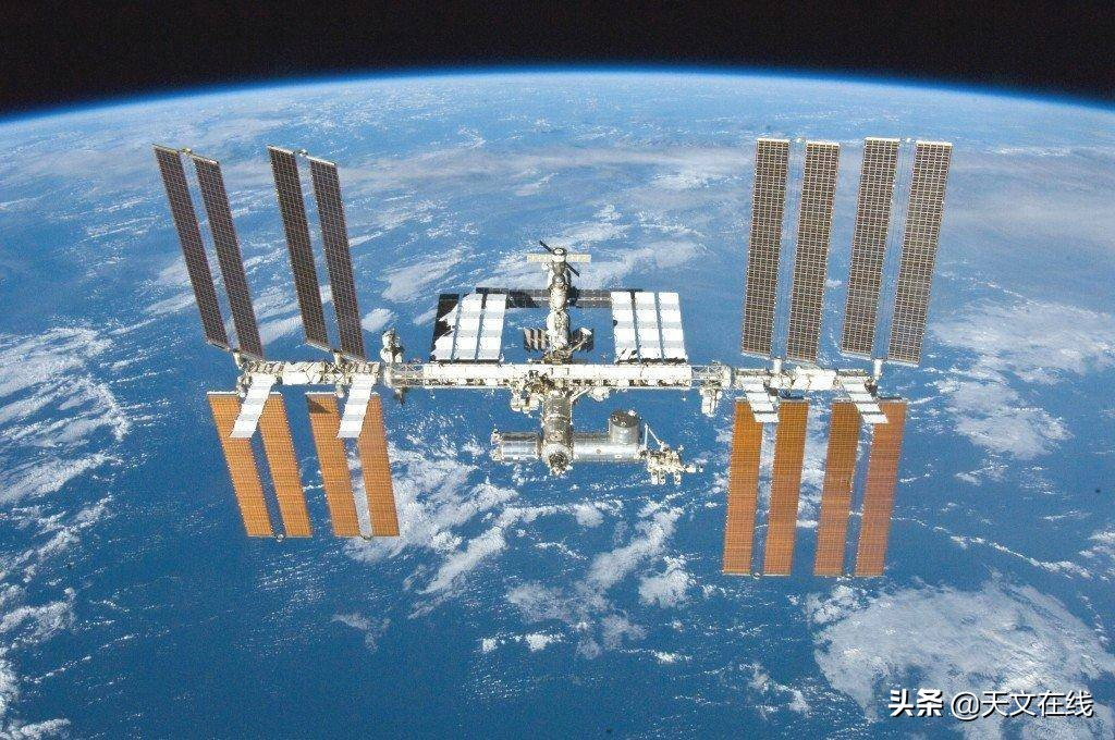 """国际空间站怎样""""充电""""?当空间站遇上太空垃圾,怎么办?"""