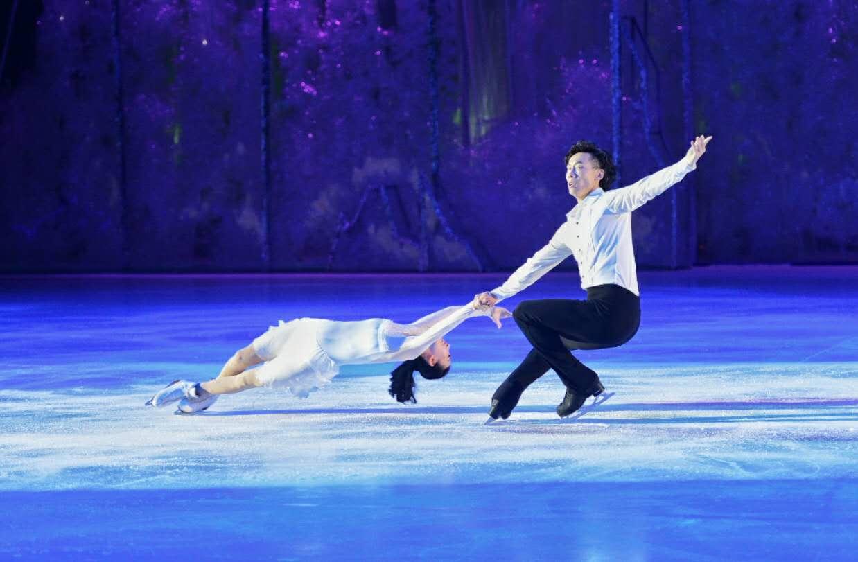 """西安奥体中心体育馆首次实现""""篮冰转换""""世界冠军庞清、佟健演绎冰上芭蕾"""