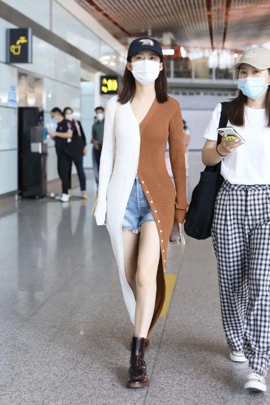 李沁机场造型好美!单穿双色开衫衬出人鱼身材,好气质根本藏不住