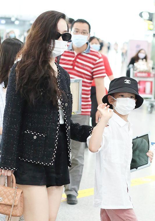 霍思燕一家走机场,夫妻均发福!杜江穿得像女人,嗯哼帽子2千多