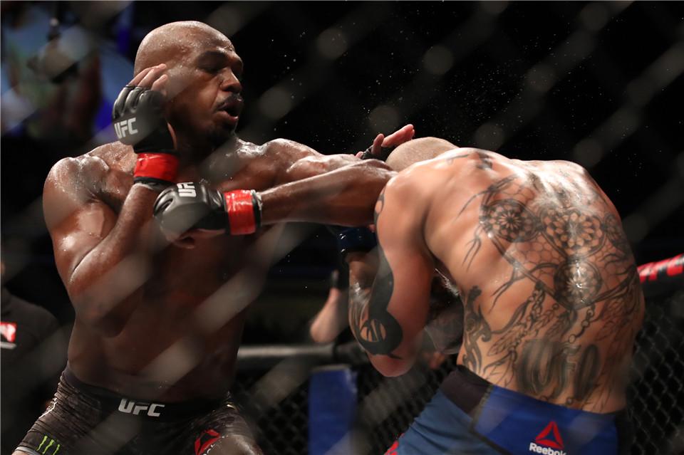 UFC传奇拳王追击偷车贼,但用的不是综合格斗技,而是一杆猎枪