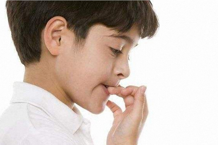 孩子经常咬指甲的原因,不止是缺乏维生素,妈妈不一定了解