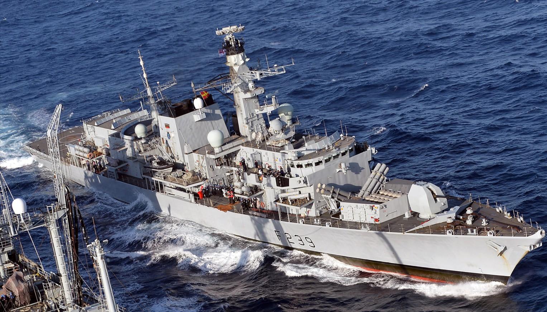 中美多域博弈,美国积极拉拢盟友,英国要做头铁,护卫舰穿越海峡