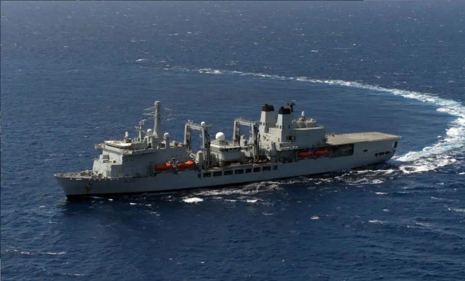 英国航母补给舰起火了