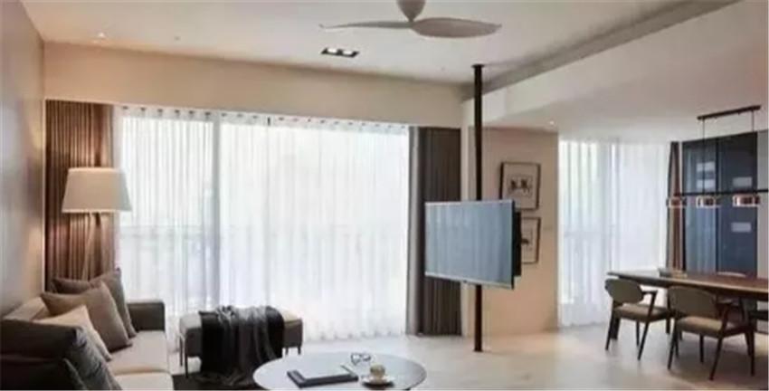 现在年轻人这么敢装?把电视安在天花板和床头,却省地儿又实用