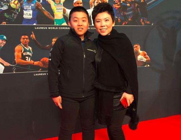 邓亚萍为爱子庆祝单打夺冠!15岁儿子高大壮硕,长胡渣比爸还成熟