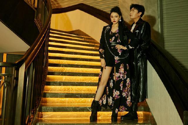 伊能静的时尚看不懂,裙子剪一半缝在西装下,与秦昊合体爬楼梯