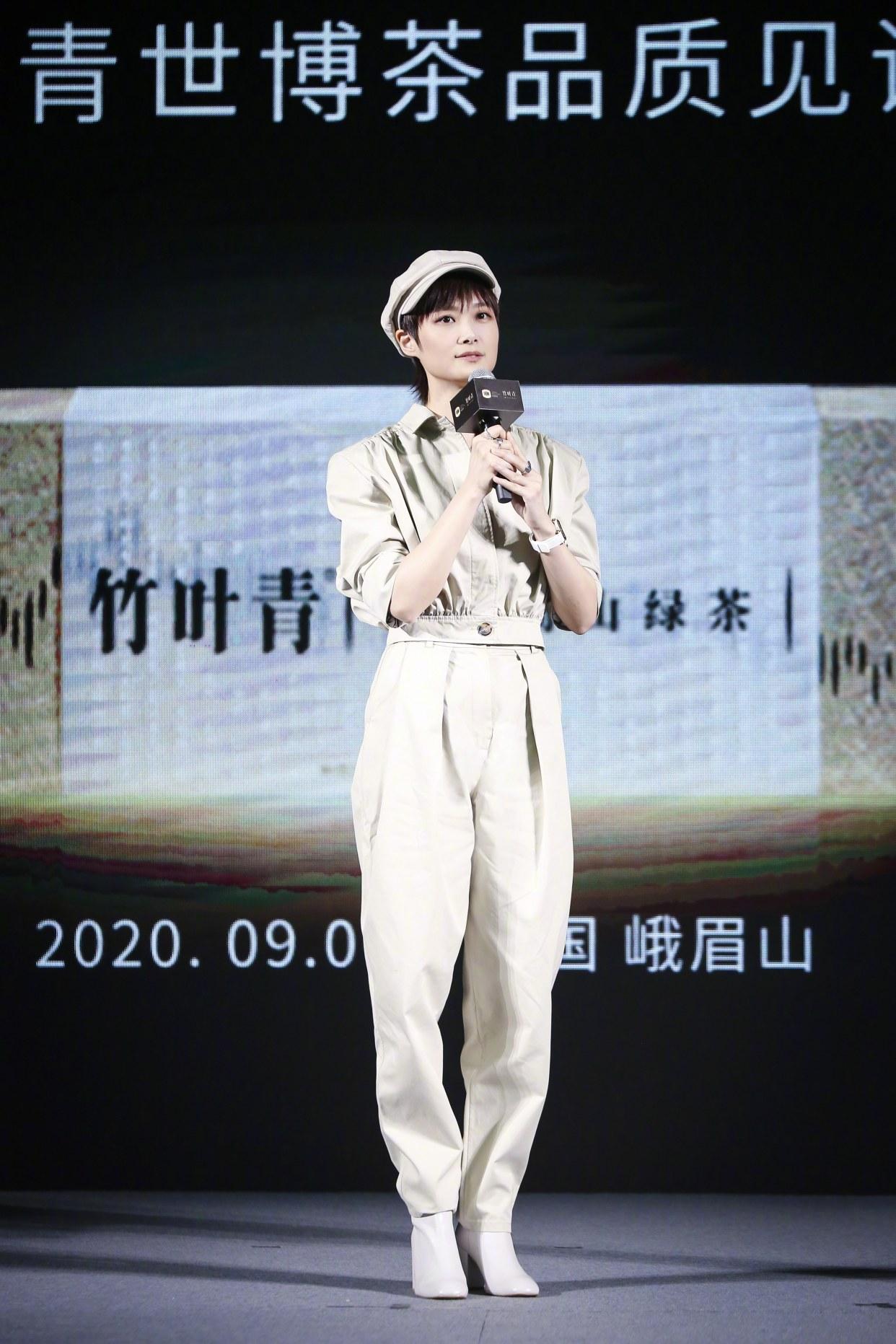 李宇春罕见穿连体裤,一身同色系穿搭配报童帽,利落摩登显帅气