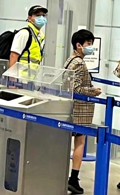张柏芝罕带仨儿走机场,长子高冷似谢霆锋,幼子正脸曝光太像老二
