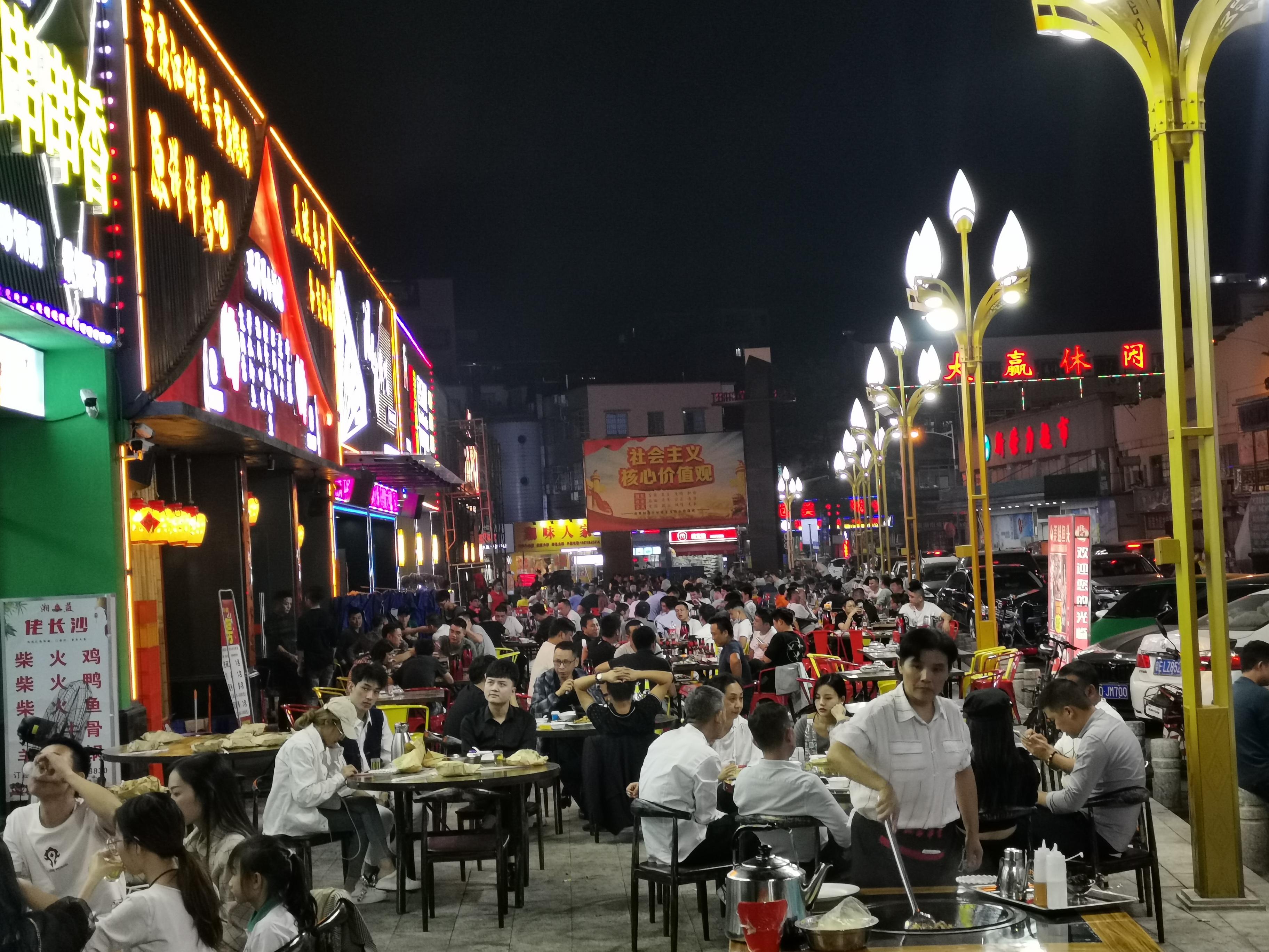 番禺这条美食街人气旺 夜间经济热起来