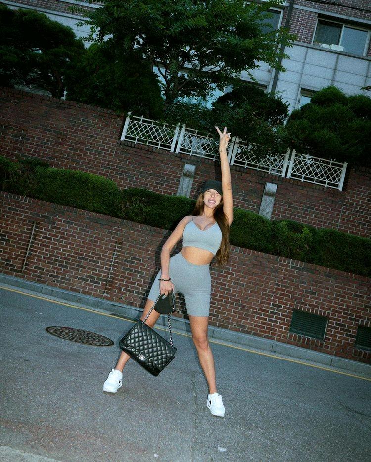南韩卡戴珊Jessi穿塑身衣街拍吃烤肉,辣姐变拽姐身材next level