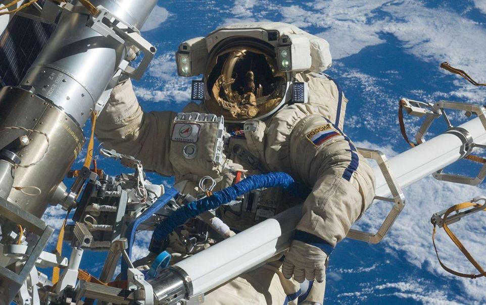 """為什麼空間站不建在月球,而是選擇""""飄""""在地球上空?有何意義?"""