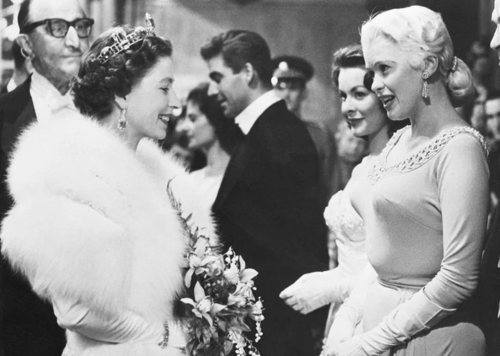 从玛丽莲·梦露到安吉丽娜·朱莉,名人会见女王时都穿什么?