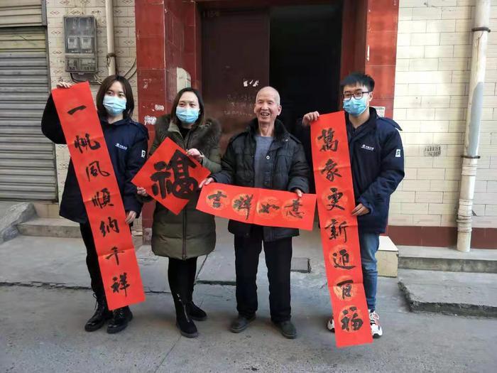西安书法家进社区,书写千余副春联送居民