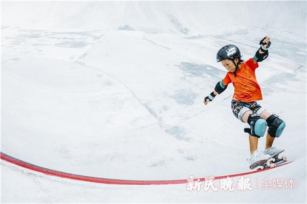 铭记场面丨只因热爱!上海九岁少女玩转滑板运动