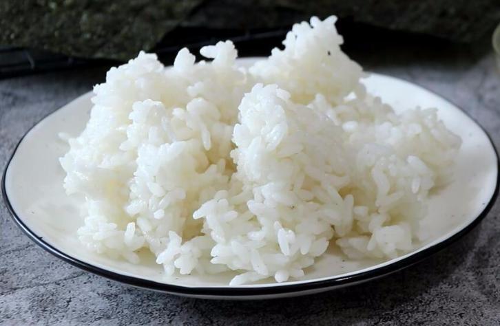做蛋炒饭时,鸡蛋和米饭哪个先炒?牢记正确做法,米粒金黄又分明 美食做法 第3张