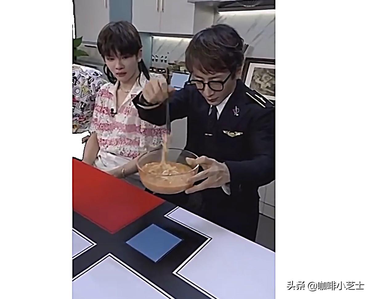 刘谦把碎纸条变成面条吃掉了是真的吗 热议:碎纸怎么条变成面条的