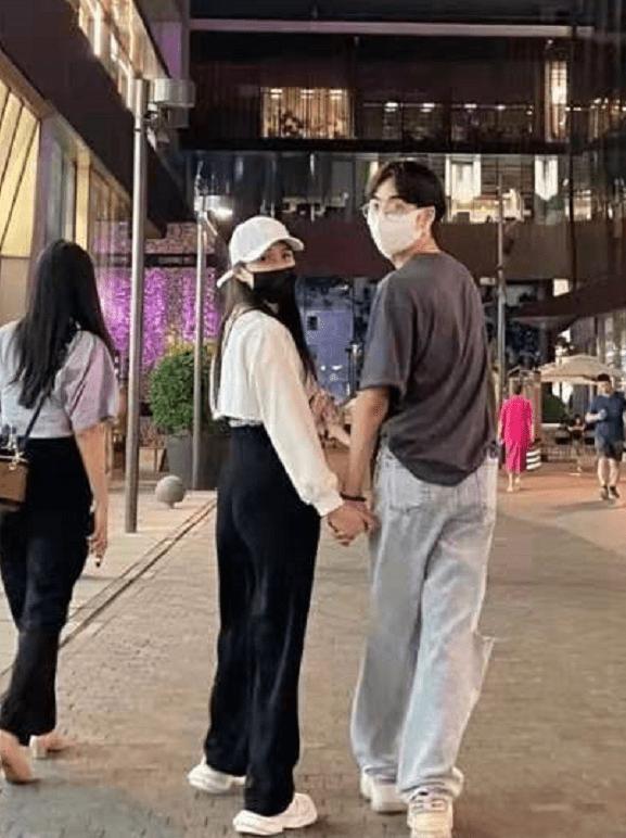53岁伊能静与19岁儿子合体拍广告,母子穿亲子装同框像姐弟