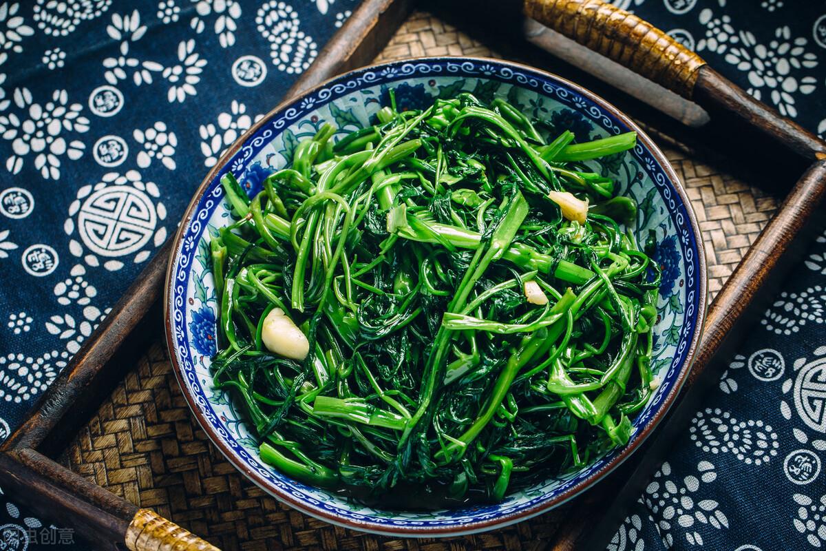 为何你炒的空心菜,出水还发黑?年夜厨给你支一招,出锅翠绿又入味