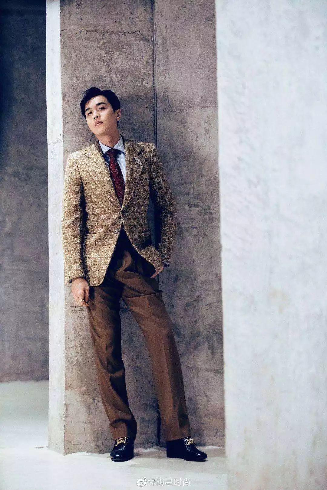 张若昀一身GUCCI金色西装亮相,另类复古奢华,尽显男人魅力