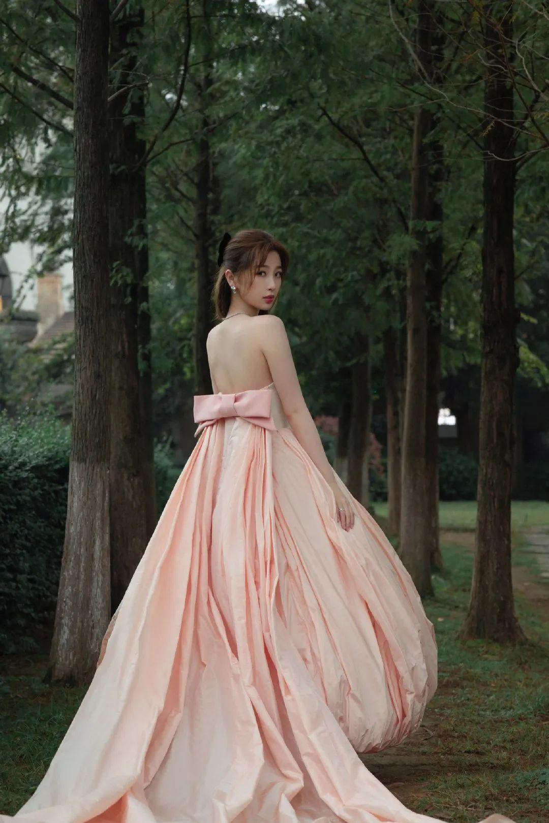 """虞书欣示范""""公主""""穿搭,穿一袭泡泡抹胸裙,性感甜美两不误"""