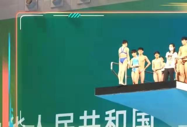 全红婵太火了!她训练时被强势围观,独门绝技征服跳水馆现场人员