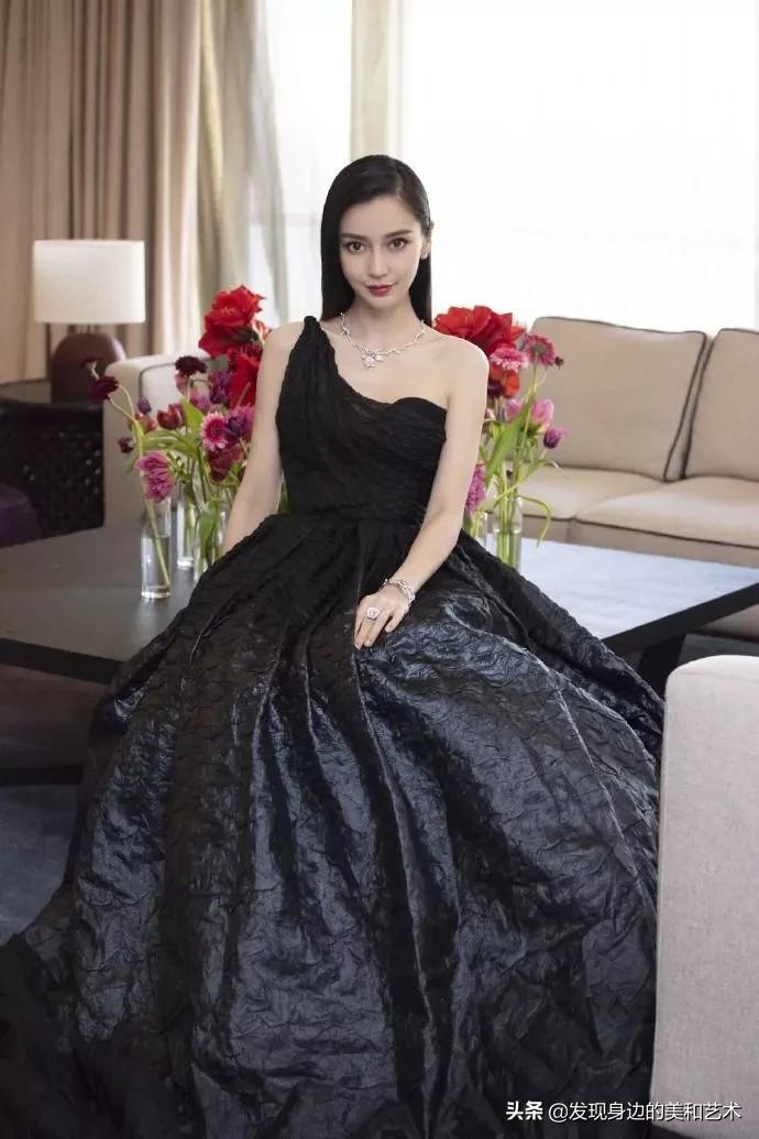 Angelababy长发披肩皮肤白皙,身着黑色露肩长裙,纯粹极简的美丽