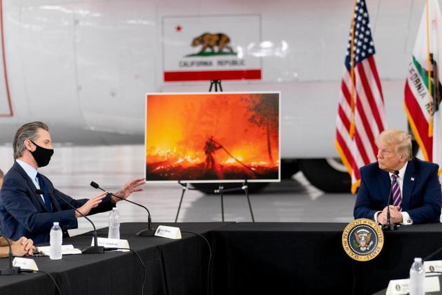 美国山火年年烧,一众政客忙甩锅,特朗普支招:坐等天凉