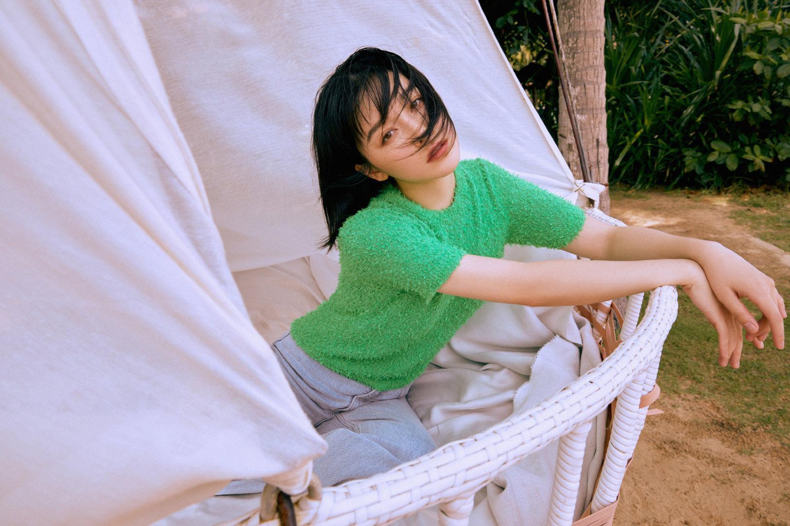 阚清子穿搭越来越有品,绿针织绒球上衣配牛仔裤,帅气阳光又有范