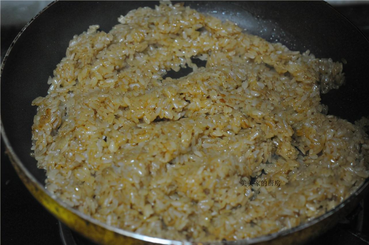 做烧卖时,只懂炒糯米饭可不行,多加1样食材,起沙味香浓