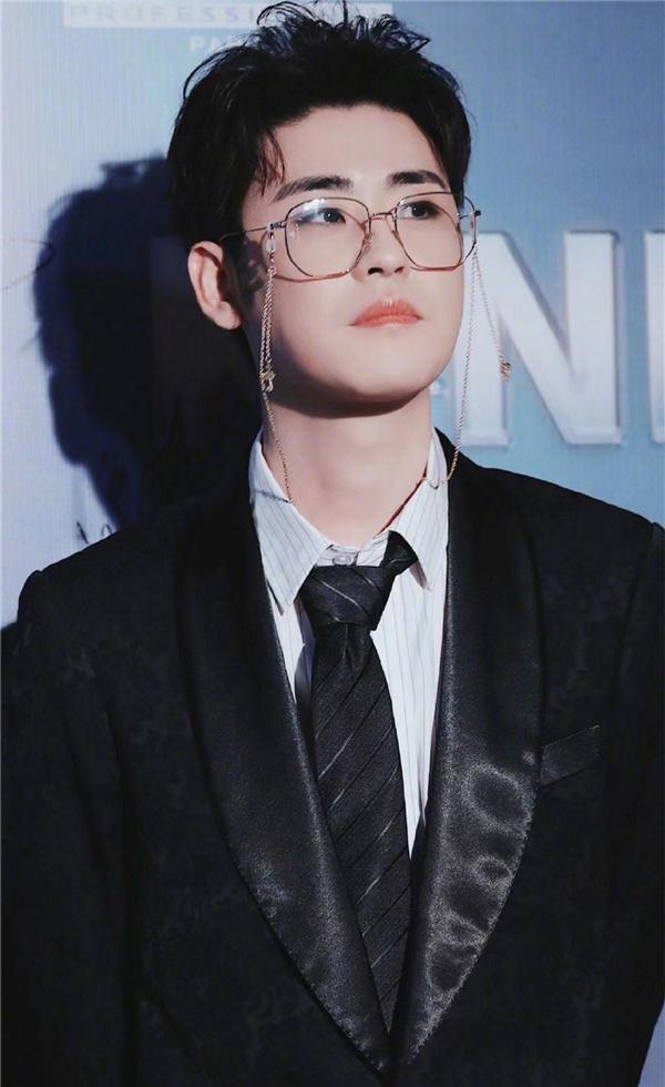 张云雷红毯首秀太惊艳,金丝眼镜造型优雅帅气,贵公子气质好绝