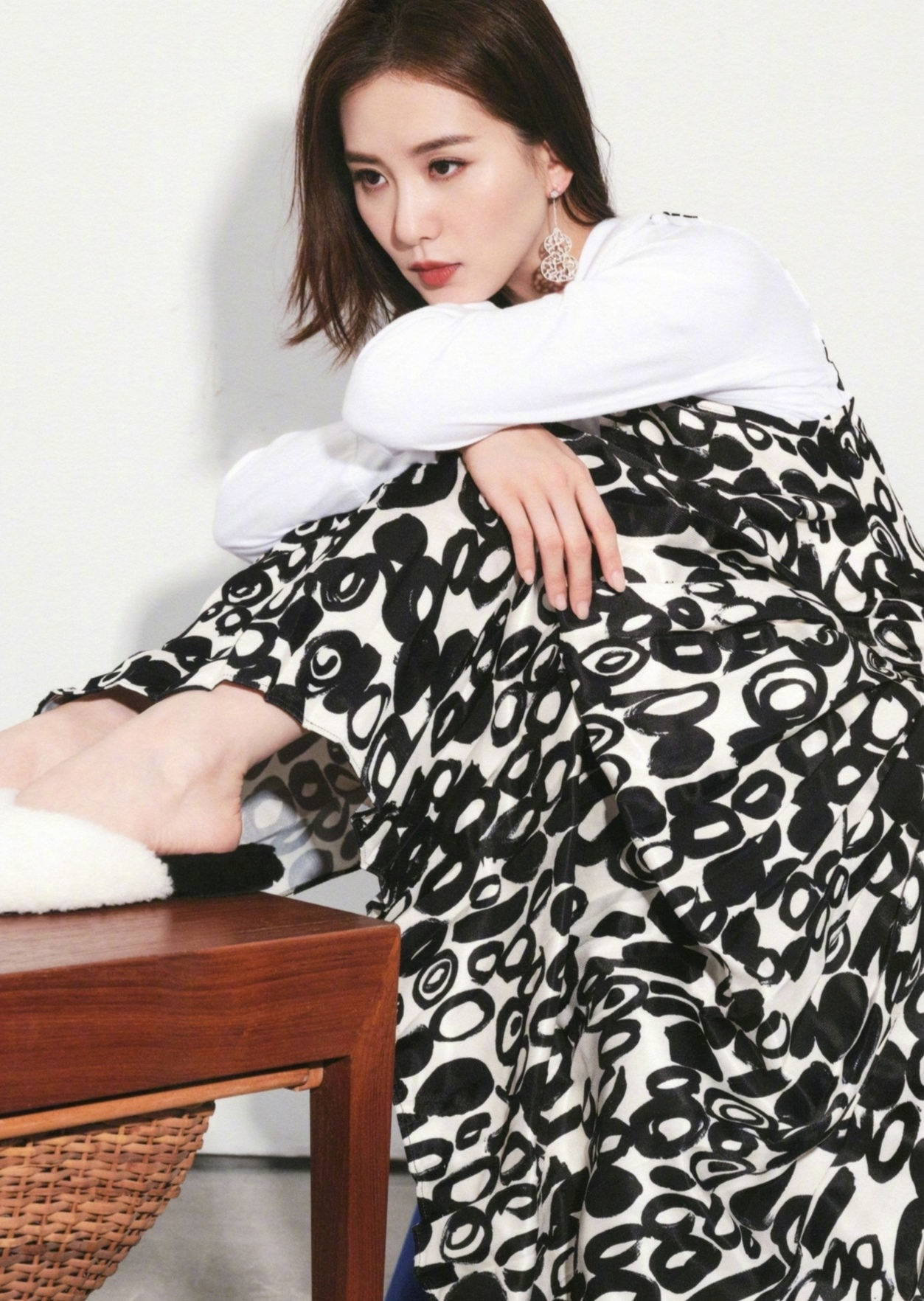 刘诗诗穿初秋长裙打造文艺女神风格,宋茜挑战时尚穿搭,潮流帅气