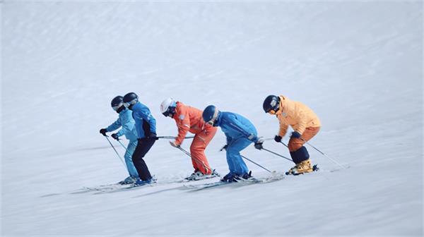 中国滑雪运动员用雪板作画,让世界看好中国