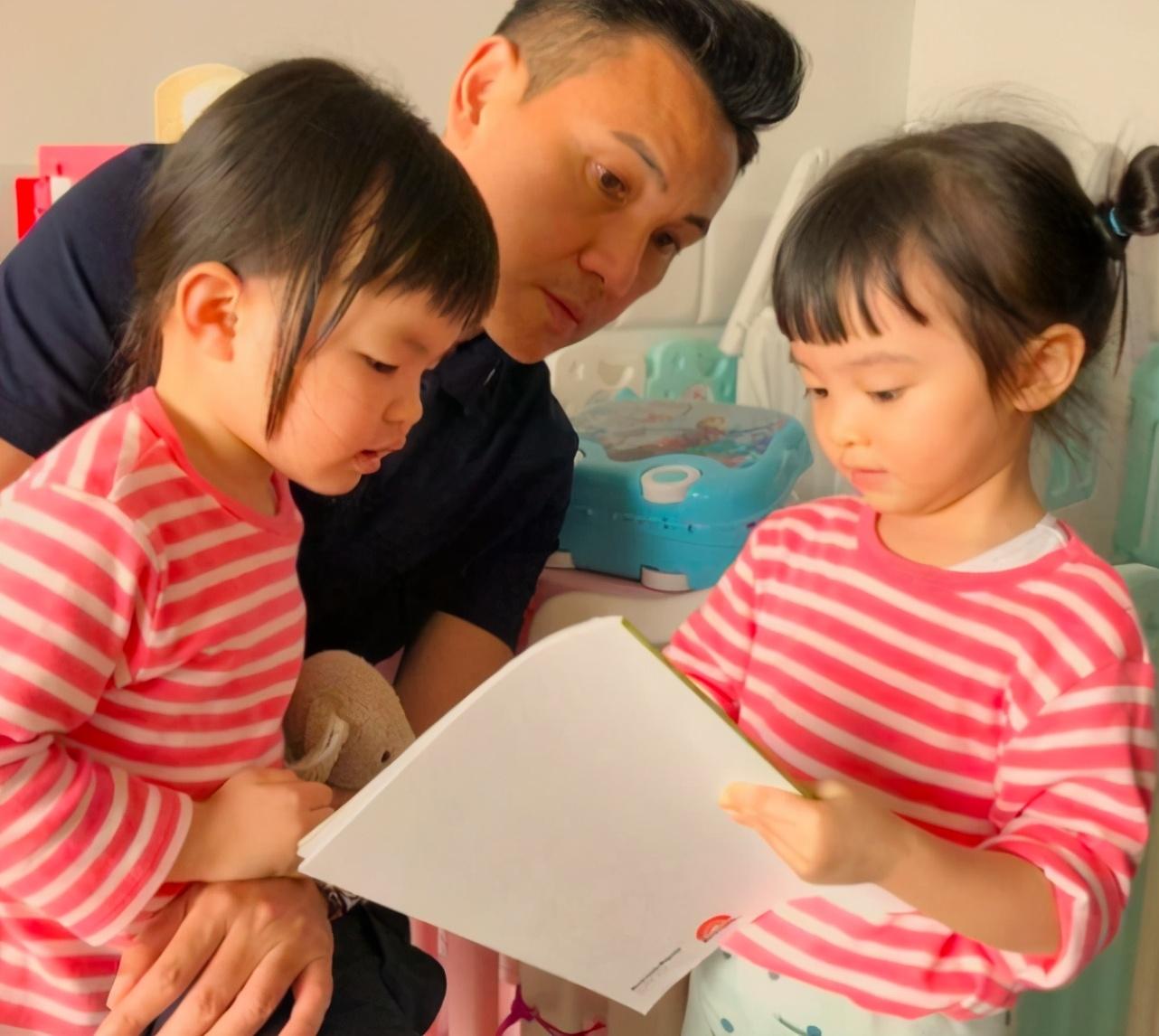 熊黛林小女兒責任感強,逛街幫郭可頌拿包,走路還主動牽姐姐手
