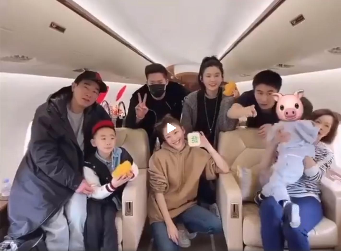 賭王1歲長孫罕見現身! 一身藍色套裝乘坐私人飛機,還同框小小春