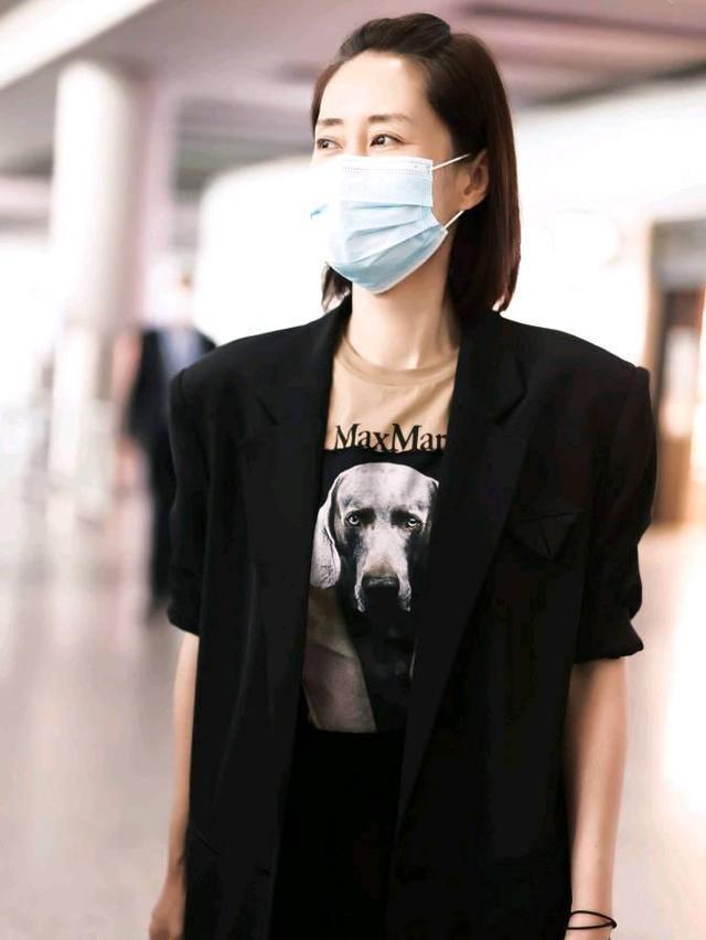 刘敏涛素颜走机场,捞起头发不惧发际线,穿西装仍有女王气场