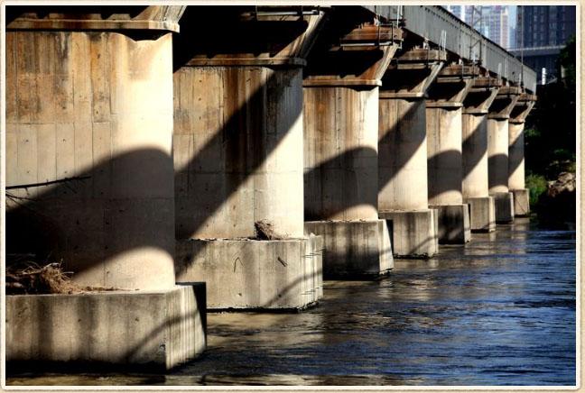 咸阳阻击战中,为何皮旅有现成的桥不走,另外搭座浮桥?