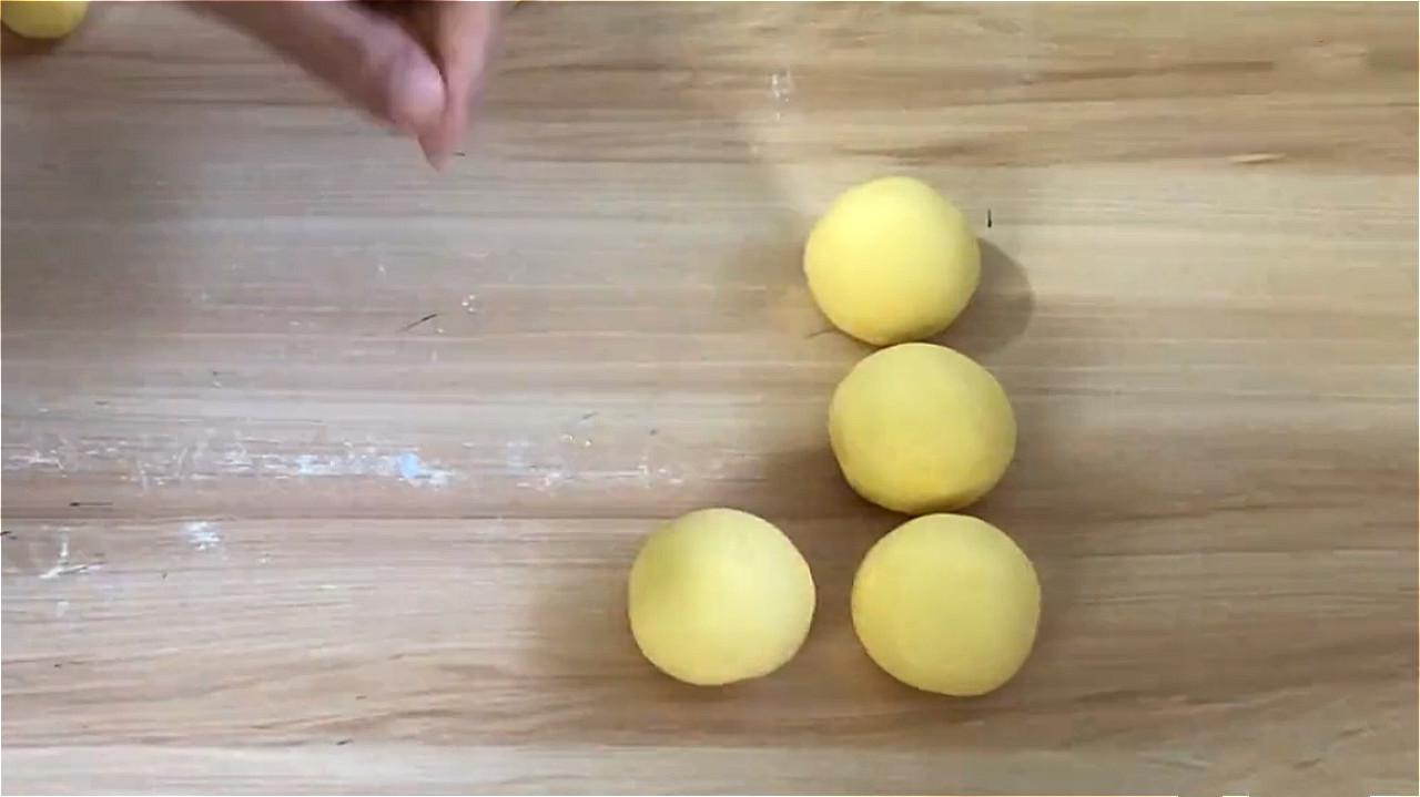 玉米面加鸡蛋这样做火了,不蒸不烤,出锅酥香柔软 美食做法 第7张