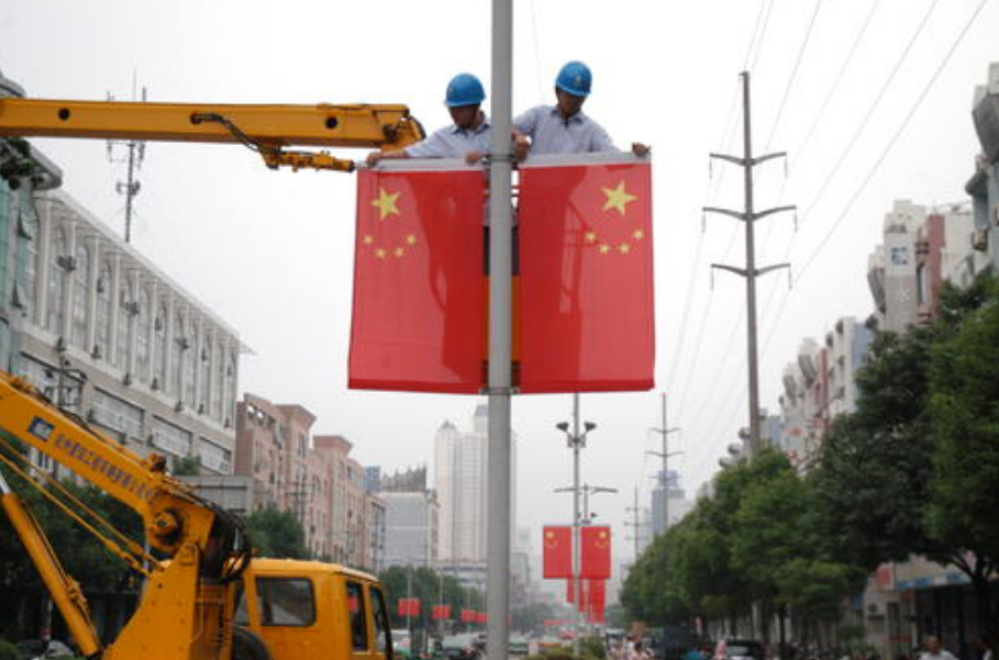 工人正在栏杆上挂国旗,路过男子将其电动车骑走,被抓后:我捡的