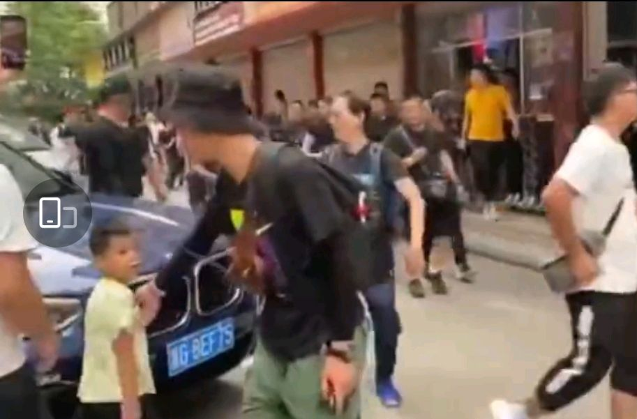 鹿晗邓超陈赫录制新综艺《哈哈哈哈哈》,安保人员驱赶路人惹争议