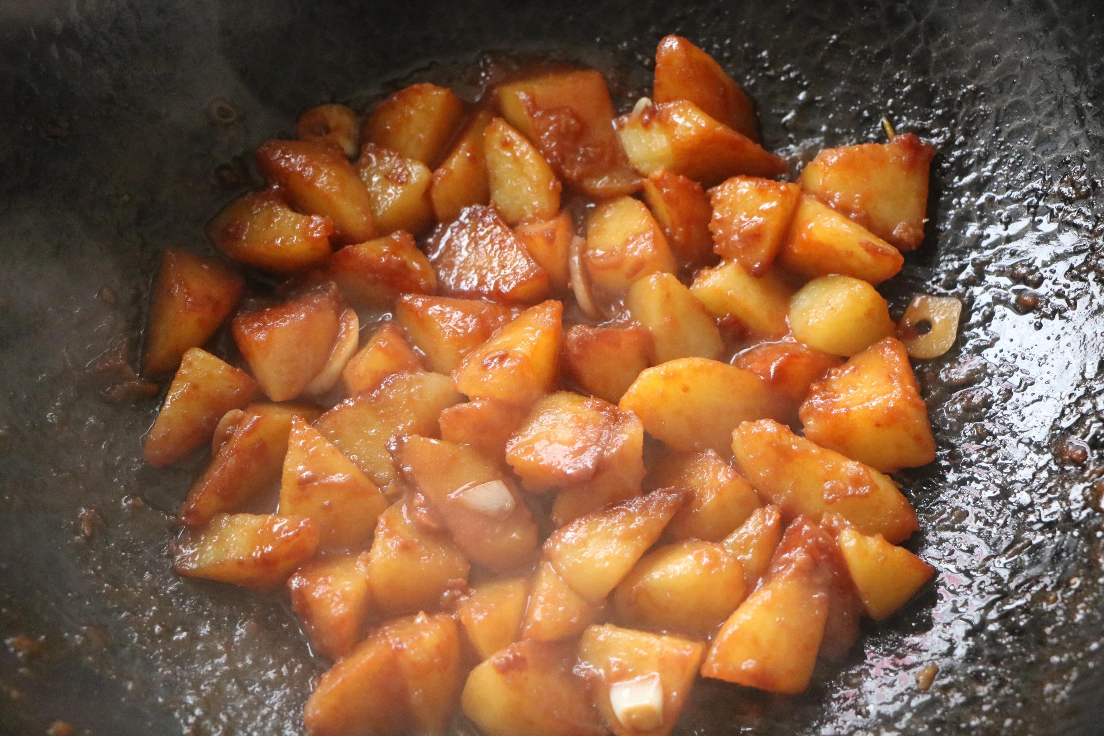 土豆簡單做一做,當飯又當菜,軟爛入味,入口即化,比紅燒還過癮